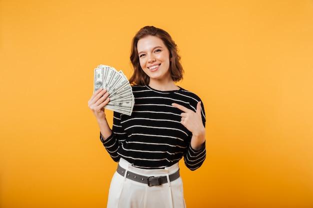 Портрет счастливой женщины, указывая пальцем Бесплатные Фотографии
