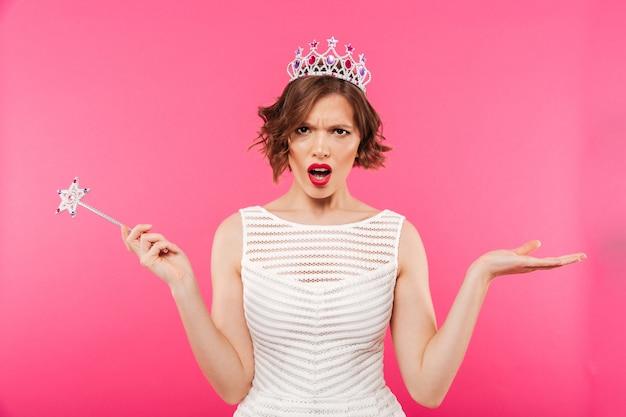 Портрет злой девушки в короне Бесплатные Фотографии