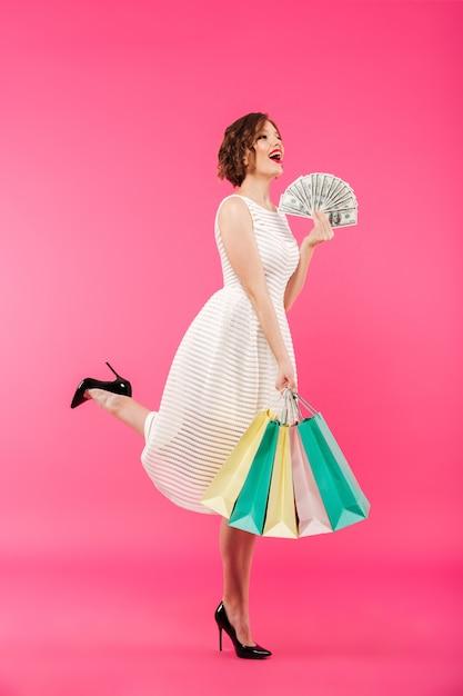 Полная длина портрет жизнерадостная девушка, одетая в платье Бесплатные Фотографии
