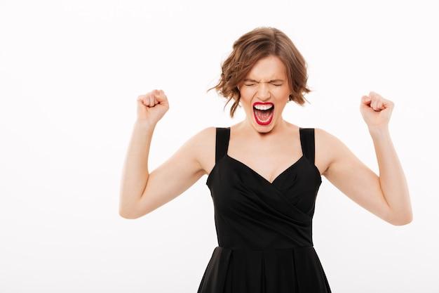 Портрет разъяренной девушки, одетой в черное кричащее платье Бесплатные Фотографии
