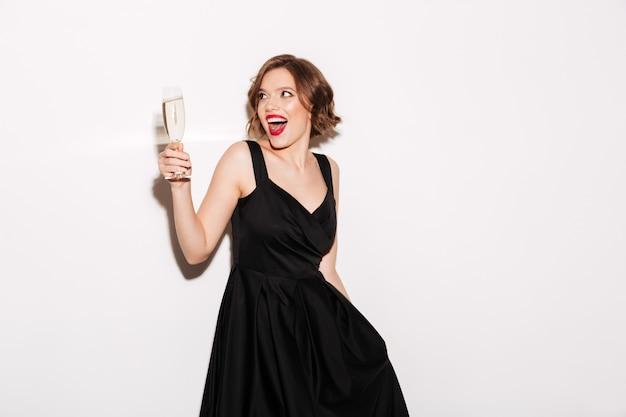 Портрет веселой девушки, одетой в черное платье Бесплатные Фотографии