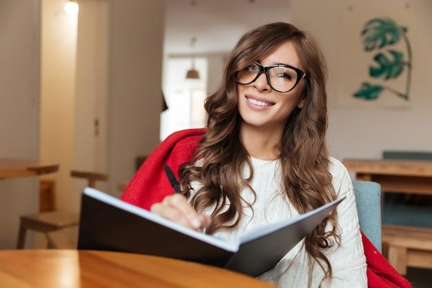 Портрет улыбающейся женщины в очках Бесплатные Фотографии