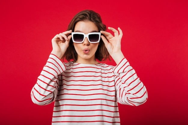Портрет молодой женщины в очках позирует Бесплатные Фотографии