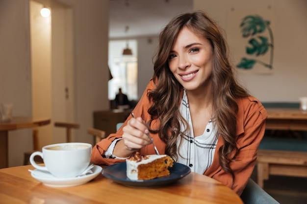 ケーキを食べて美しい女性の肖像画 無料写真