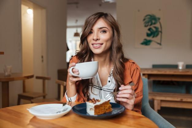食べる魅力的な女性の肖像画 無料写真