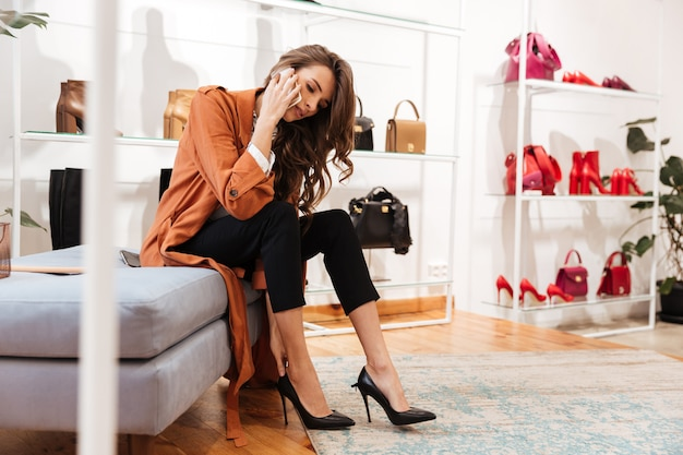 新しい靴にしようとしている自信を持って女性の肖像画 無料写真