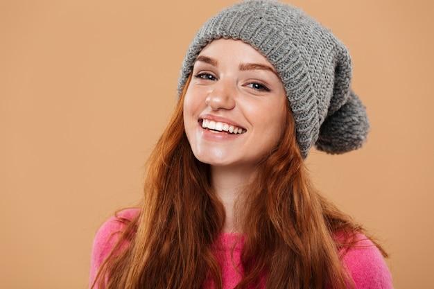 冬の帽子とうれしそうなかわいい赤毛の女の子の肖像画を閉じる 無料写真