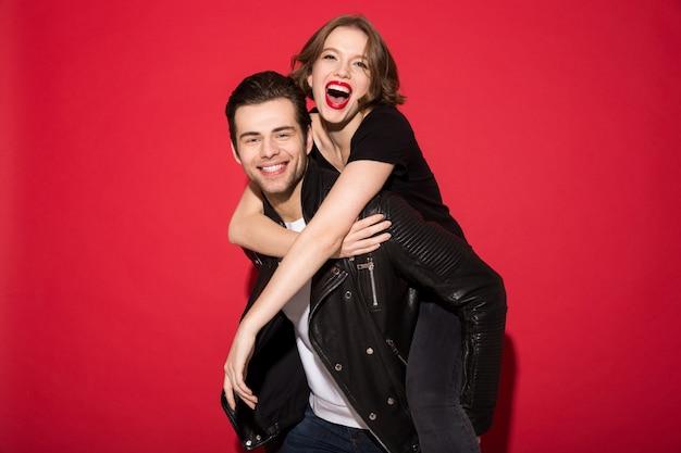 陽気な若いパンクカップルが一緒に喜んで見て 無料写真