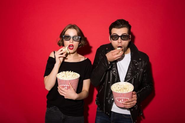 ポップコーンを食べて、見て驚いたパンクカップル 無料写真