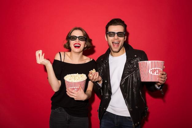 ポップコーンを食べて、探しているパンクカップルを笑ってください。 無料写真