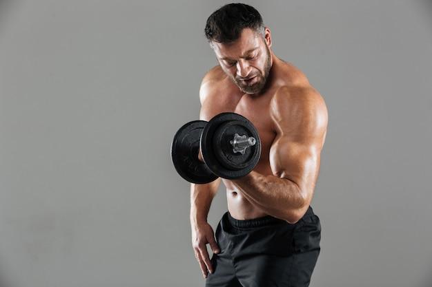 やる気の強い上半身裸の男性のボディービルダーの肖像画 無料写真