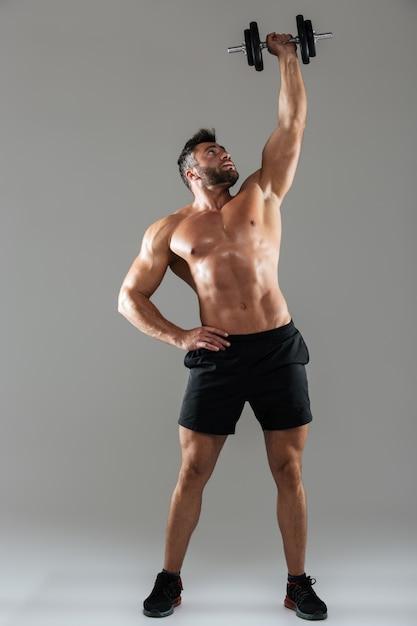 健康な強い上半身裸の男性のボディービルダーの完全な長さの肖像画 無料写真