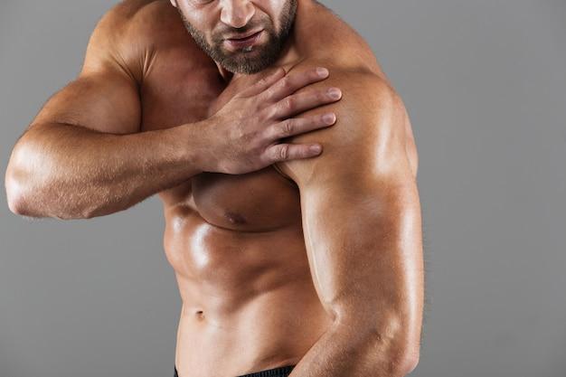 強い筋肉の男性のボディービルダーの肖像画を閉じる 無料写真