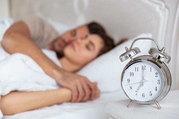 ベッドで一緒に寝ている素敵なカップルの側面図 無料写真