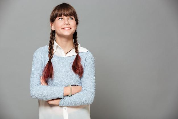 Портрет улыбающейся молодой школьницы Бесплатные Фотографии