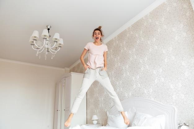 ベッドで楽しんで若い女性の完全な長さの画像 無料写真