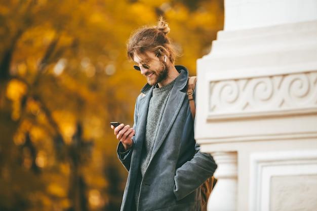Портрет стильного бородатого мужчины в наушниках Бесплатные Фотографии