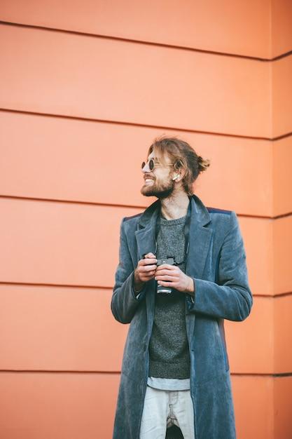 Портрет счастливого бородатого мужчины Бесплатные Фотографии