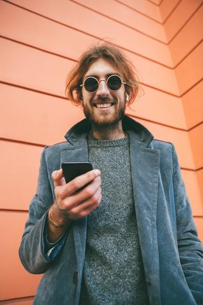 Портрет улыбающегося бородатого мужчины в пальто Бесплатные Фотографии