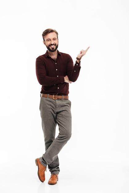 自信を持って幸せな男の完全な長さの肖像画 無料写真