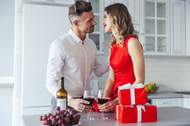 バレンタインの日を祝うとワインを飲む美しい恋人 無料写真