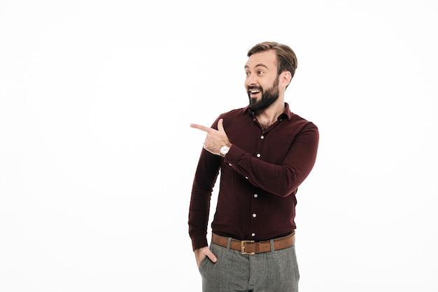 興奮してひげを生やした男の肖像 無料写真