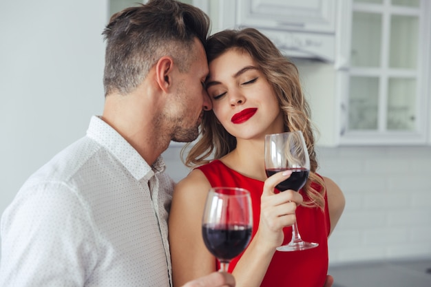 Молодая женщина наслаждается поцелуями своего красавца Бесплатные Фотографии