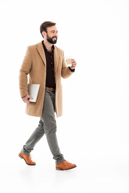 Полная длина портрет молодого бородатого парня Бесплатные Фотографии
