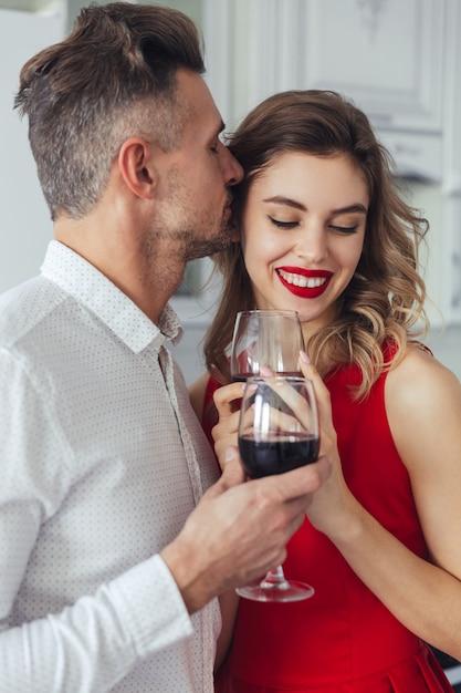 幸せなロマンチックなスマート服を着たカップルの肖像画 無料写真
