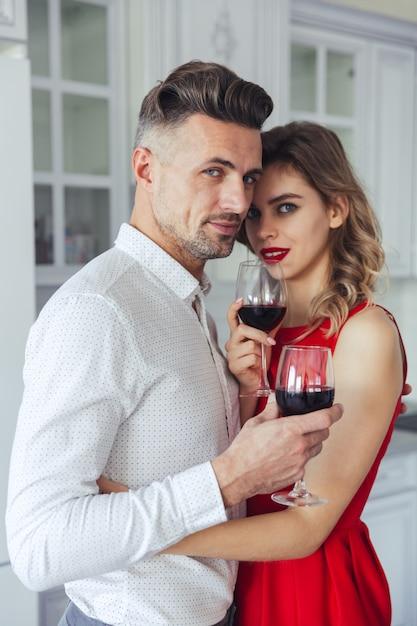 魅力的なロマンチックなスマート服を着たカップルの肖像画 無料写真