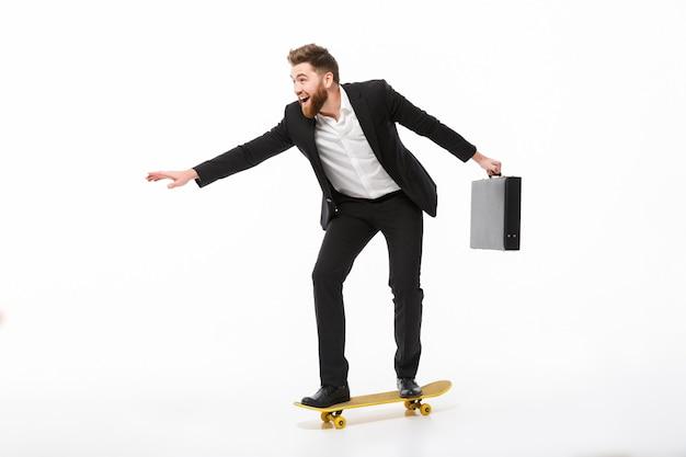 ブリーフケースと陽気なひげを生やしたビジネスの男性の完全な長さの画像 無料写真
