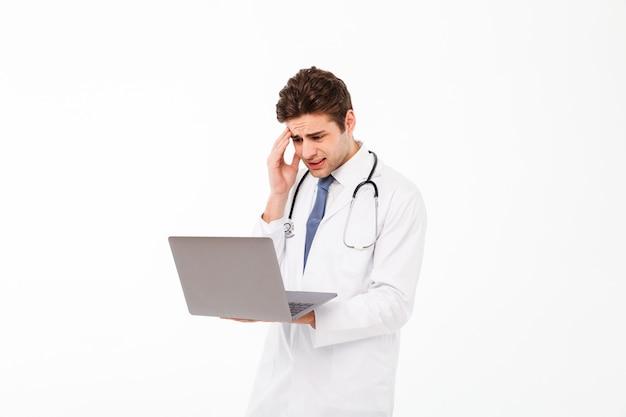 欲求不満の若い男性医師の肖像画 無料写真