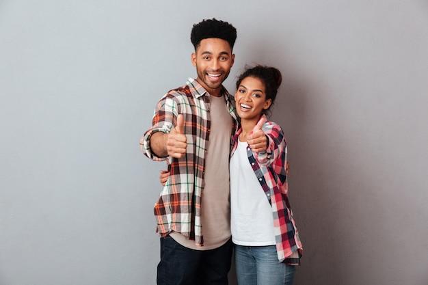 ハグ笑顔若いアフリカカップルの肖像画 無料写真