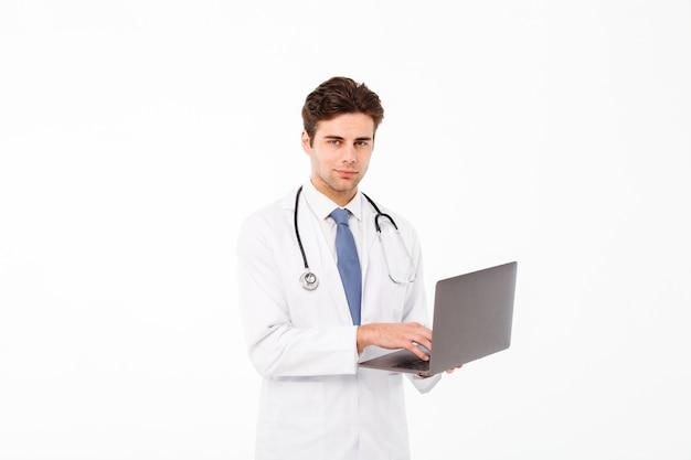 ハンサムな若い男性医師の肖像画 無料写真
