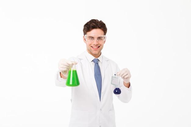 笑顔の若い男性科学者の肖像 無料写真