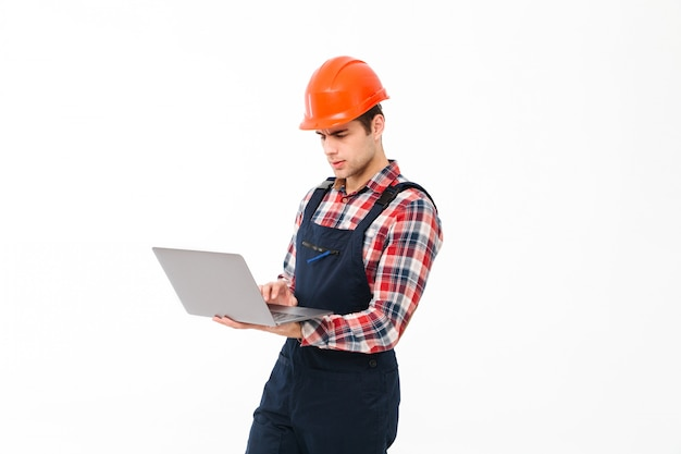 Портрет серьезного молодого мужского строителя Бесплатные Фотографии