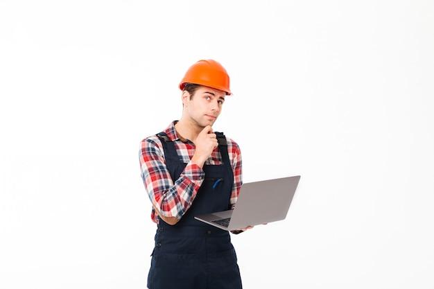 Портрет задумчивого молодого мужского строителя Бесплатные Фотографии