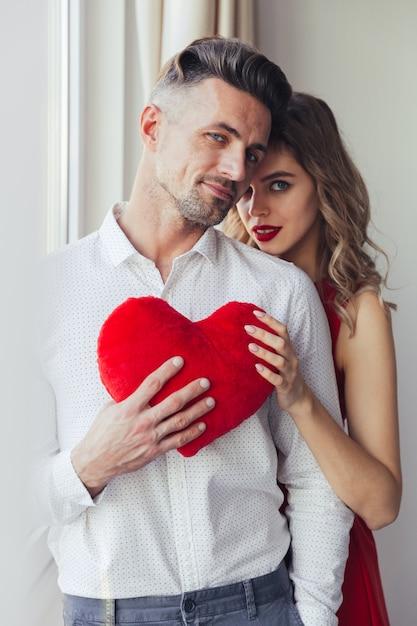 ハグ美しい愛情のあるスマートな服を着たカップルの肖像画 無料写真