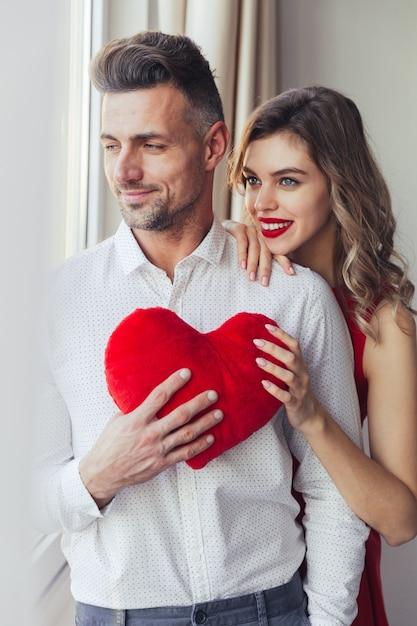 ハグ幸せな愛情のあるスマート服を着たカップルの肖像画 無料写真