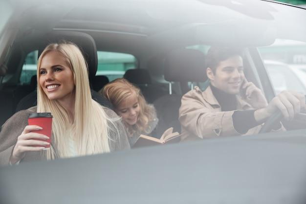 Счастливая молодая семья в машине Бесплатные Фотографии