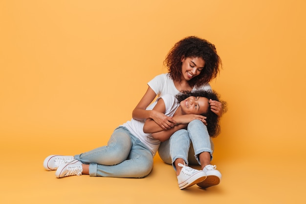 Полная длина двух симпатичных африканских сестер Бесплатные Фотографии