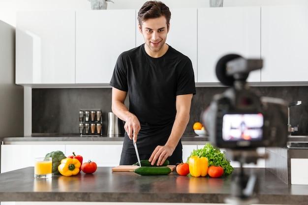 彼のビデオブログエピソードを撮影するハンサムな若い男 無料写真