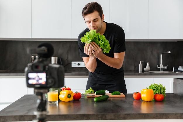 彼のビデオのブログを撮影するハンサムな若い男 無料写真