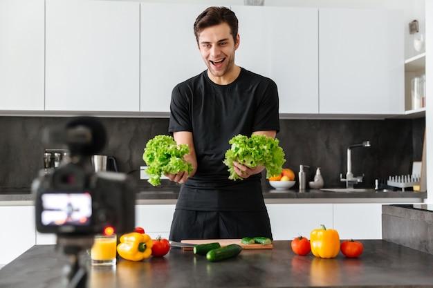 彼のビデオブログエピソードを撮影する陽気な若い男 無料写真
