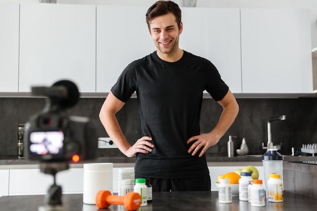 Счастливый молодой человек снимает свой видео-блог Бесплатные Фотографии