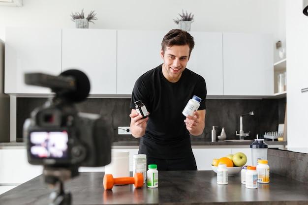 Взволнованный молодой человек, снимающий эпизод своего видео-блога Бесплатные Фотографии