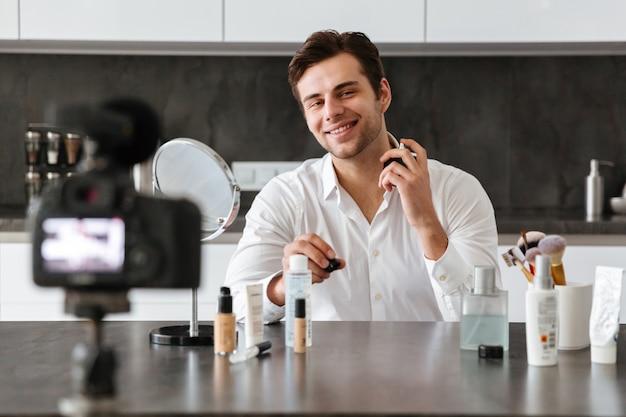 彼のビデオブログエピソードを撮影する若い男の笑みを浮かべてください。 無料写真