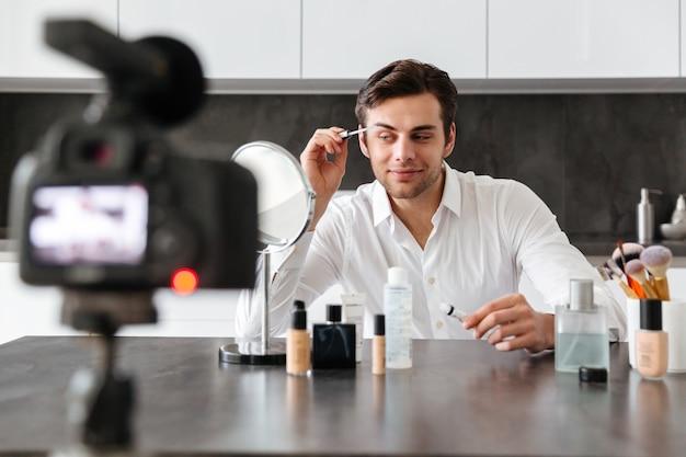 彼のビデオブログエピソードを撮影する魅力的な若い男 無料写真