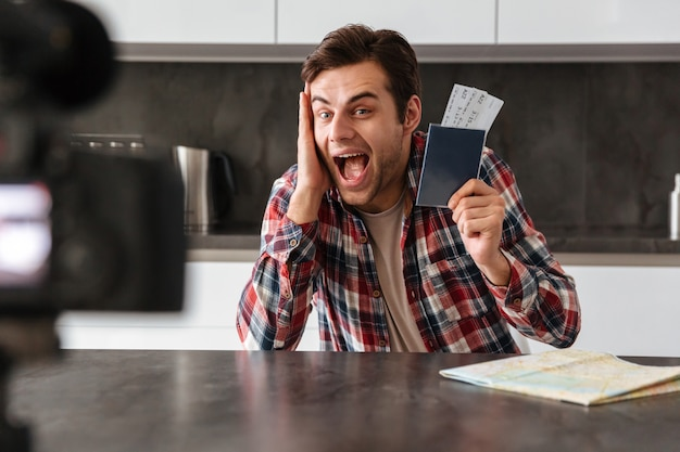 Шокированный молодой человек снимает свой видео блог Бесплатные Фотографии