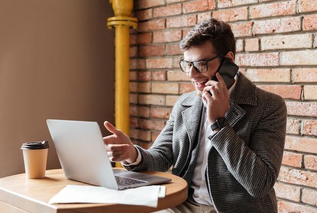 眼鏡で幸せなビジネスマンの側面図 無料写真